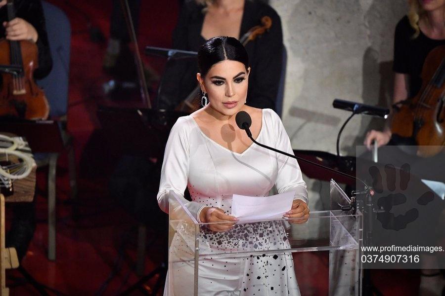 Aryana Sayeed, cea mai mare cântăreață pop din Afganistan, a părăsit țara, preluată de talibani. Ce mesaj a transmis din avion