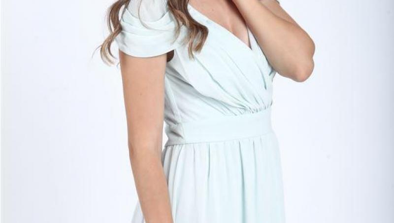 Mara Oprea, într-o rochie albastră