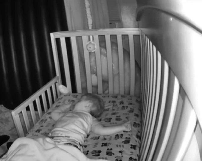 O mamă a montat camere de supraveghere în dormitorul bebelușului, dar când a privit imaginile a descoperit un lucru bizar