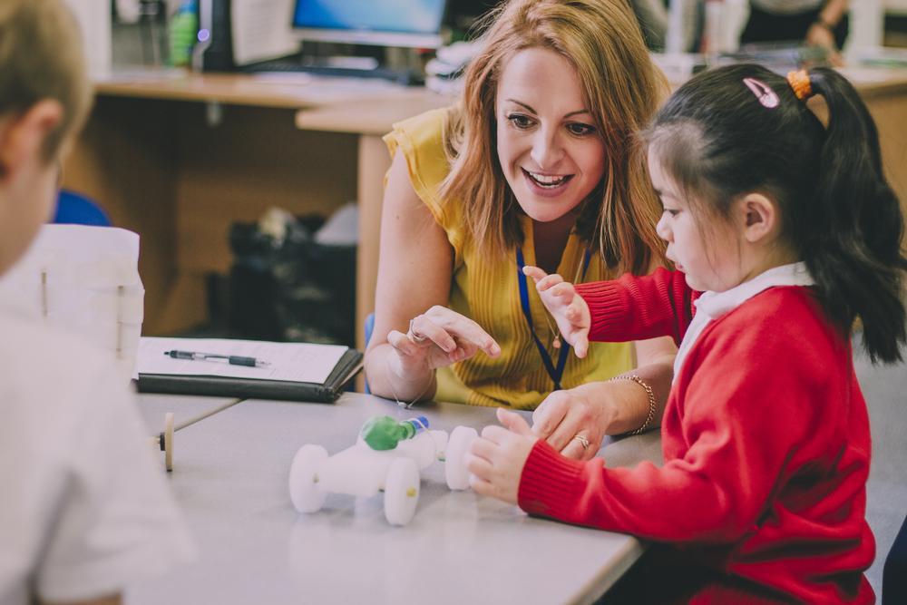 Caylee Carullo e educatoarea care ține pe perete un telefon fix, deconectat, în clasa unde predă. Metoda ei unică a uimit pe toți