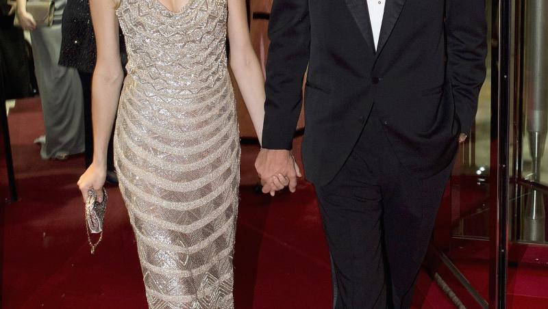 beatrice borromeo și soțul ei, pierre casiraghi, la Rose Ball 2015, pe covorul roșu, mergând. el poartă un costum negru, cu papion  negru și cămașă albă, ea poartă o rochie argintie, accesorizată cu o geantă plic