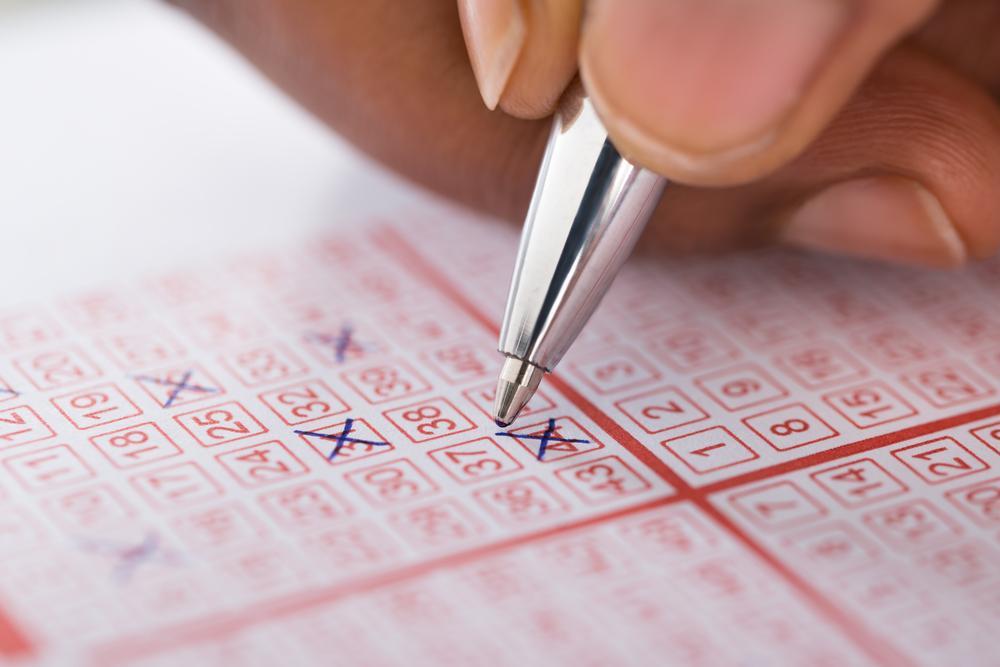 Un bărbat a jucat la loto aceleași numere timp de 30 de ani, iar norocul i-a surâs, în sfârșit. E milionar. Ce va face cu banii