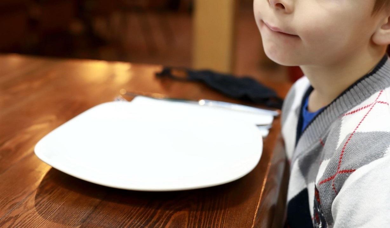 O fetiță a lăsat chelnerilor un mesaj scris pe un șervețel. Când au citit, toți au rămas fără cuvinte. Ce a vrut să le transmită