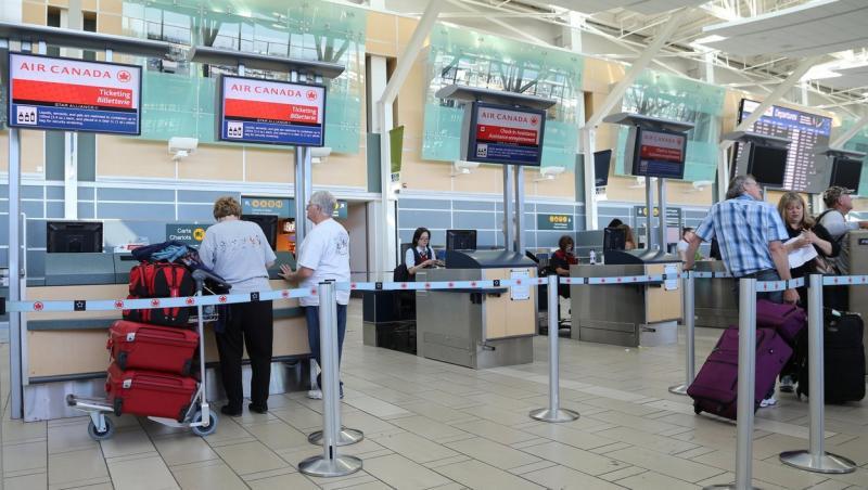 oameni la coada in aeroport