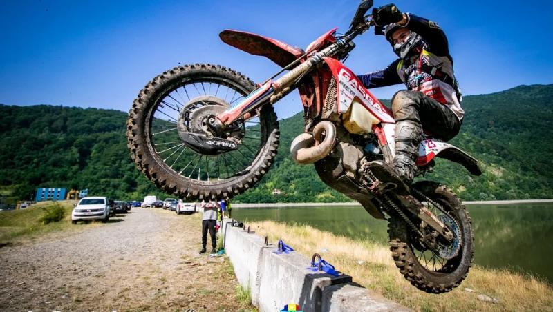 sportiv pe motocicleta la Red Bull Romaniacs