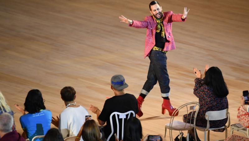 Marc Jacobs, pe tocuri roșii