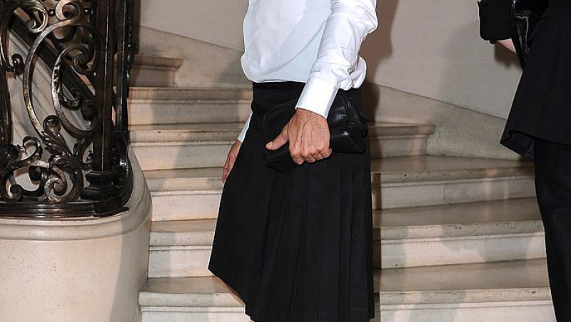 Marc Jacobs, în cămașă albă, fustă și încălțări înalte
