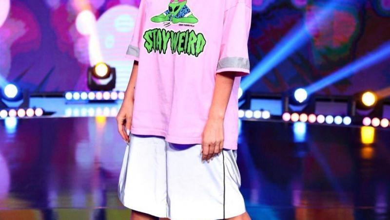 Delia, cu un tricou roz la iUmor