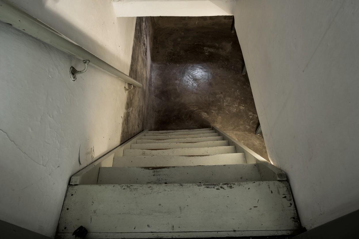 Un bărbat a găsit în subsolul casei o ușă secretă, cu avertisment pe ea. Peste ce a dat când a deschis-o
