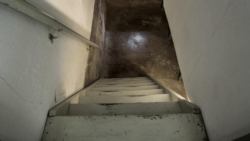 imagine cu subsolul unei case si scari