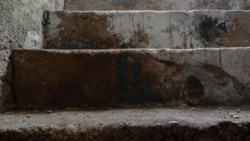 imagine cu niste scari vechi