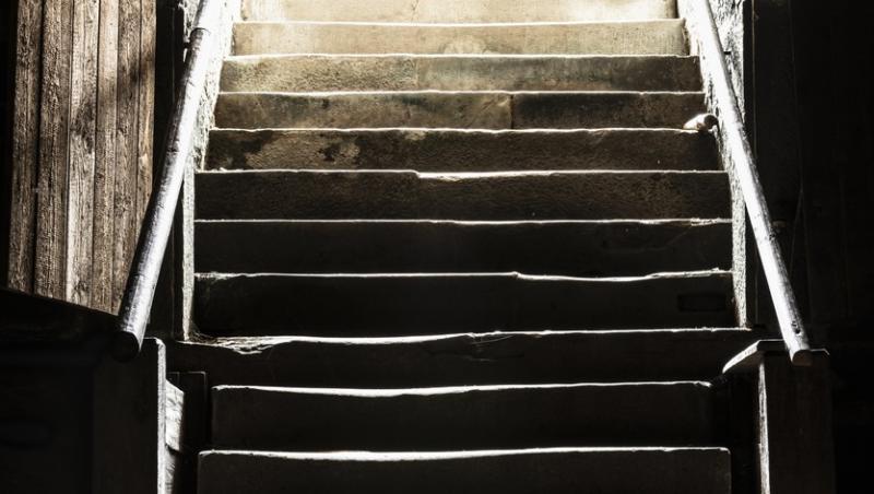 imagine cu scarile din subsolul unei case