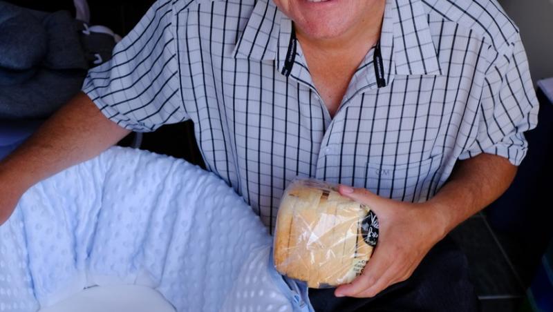Stephen, care ține o pâine în mână, și copilul lor