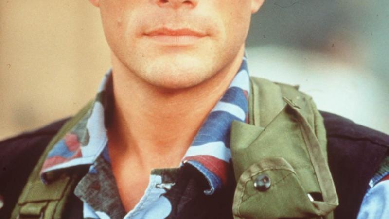 jean-claude van damme in uniforma militara cu sapca albastra pe cap