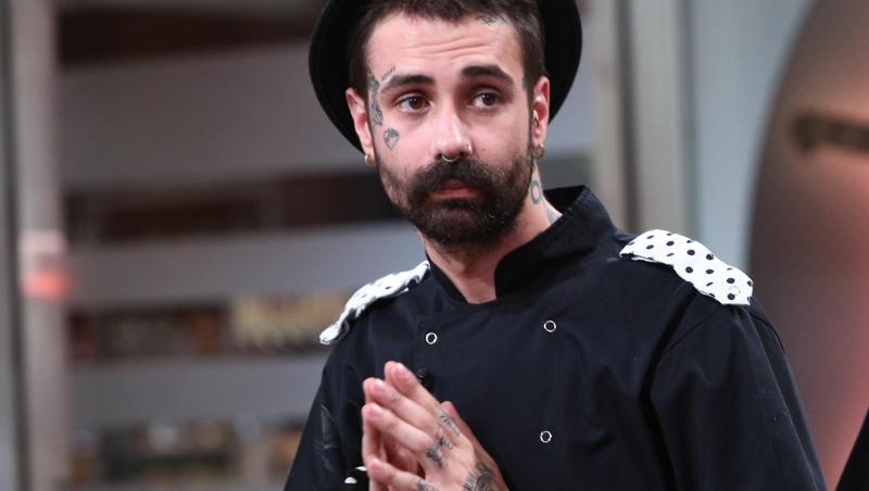 Kani, purtând uniforma Bulinelor la Chefi la cuțite, sezonul 8