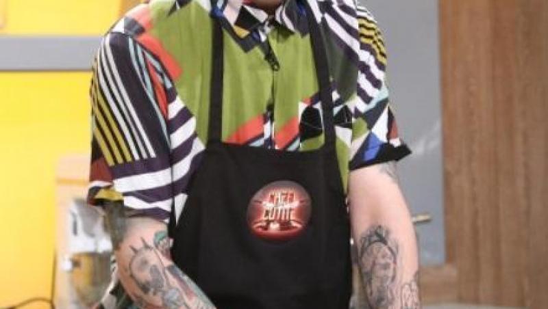 Kani, în preselecțiile de la Chefi la cuțite, purtând un tricou verde și un fes negru