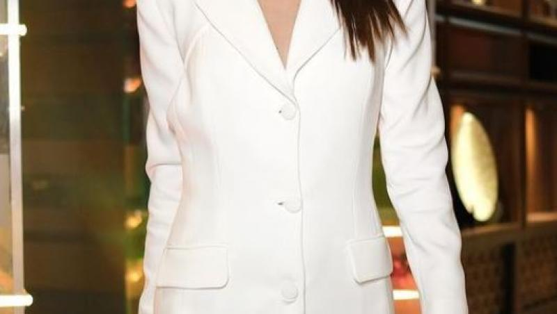 Irina Fodor într-o rochie albă și scurtă