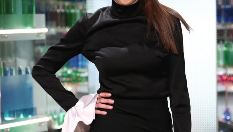 Irina Fodor într-o rochie neagră și scurtă