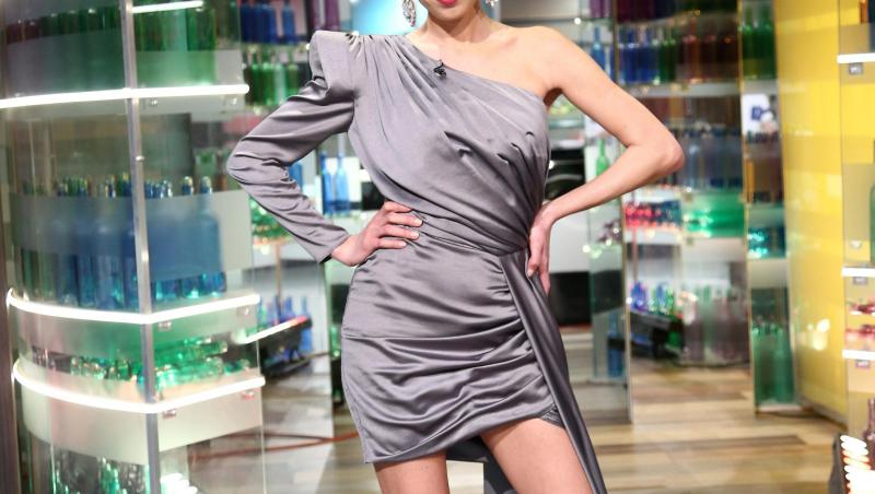 Irina Fodor într-o rochie gri și scurtă