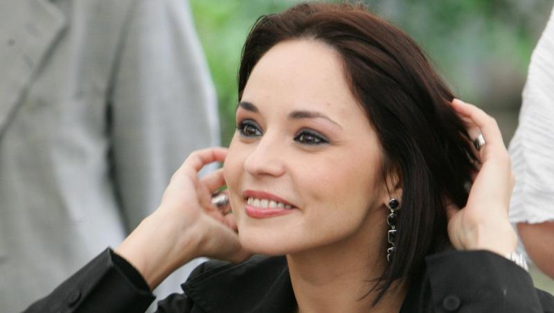 Andreea Marin, într-o bluză neagră