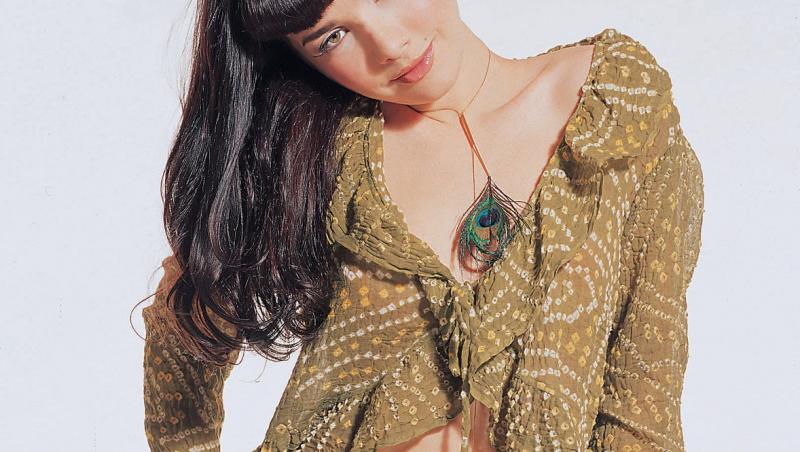 Natalia Oreiro, când era tânără, în blugi și bluză cu volane