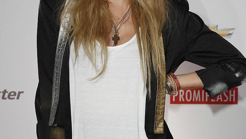 Alexandra Stan, purtând un sacou negru și o bluză albă