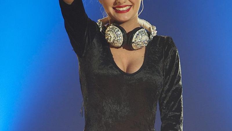 Alexandra Stan, într-un body negru, pe scenă