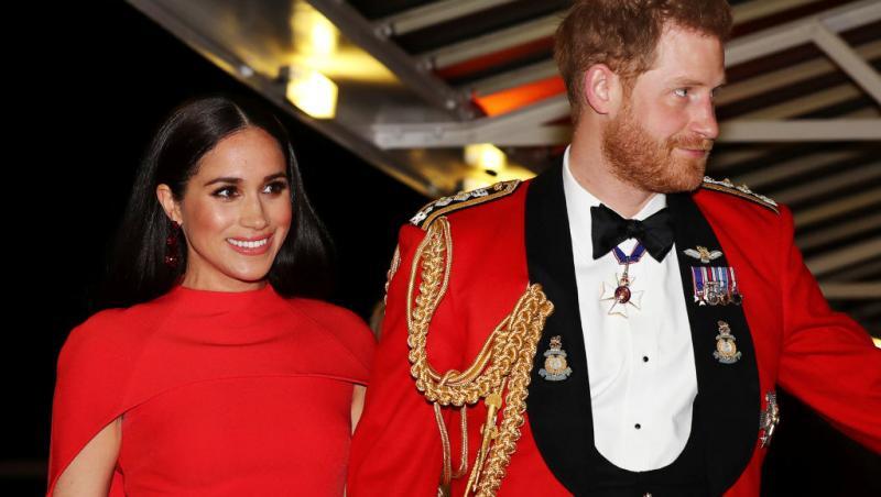 Meghan Markle și Prințul Harry, îmbrăcați în roșu