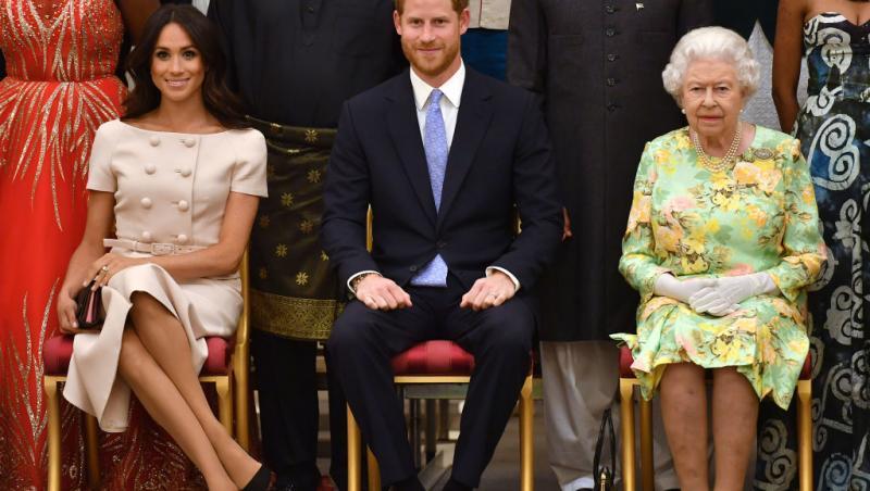 Meghan Markle, Prințul Harry și Regina Elisabeta a II-a, pe scaune