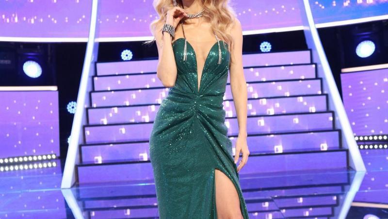 Andreea Bălan, într-o rochie verde, la TCDU