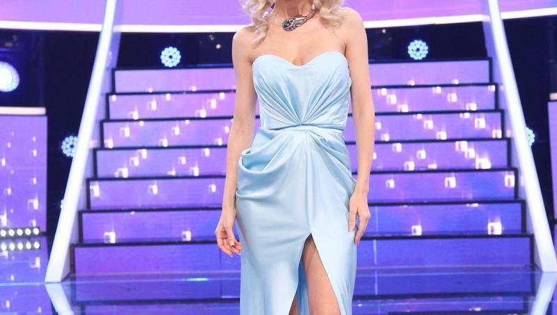Andreea Bălan, într-o rochie albastră, mulată, la Te cunosc de undeva