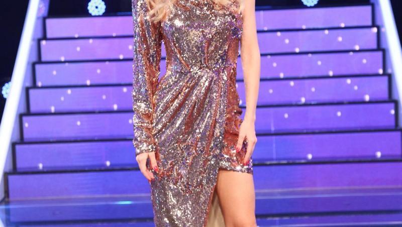Andreea Bălan, într-o rochie argintie, la TCDU