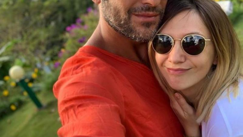 radu valcan intr-o camasa portocalie si adela popescu intr-o rochie alba, selfie, cu ochelari de soare amandoi