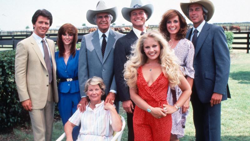 lucy ewing și distribuția serialului dallas, în 1978, la premieră. charelen tilton e îmbrăcată în roșu