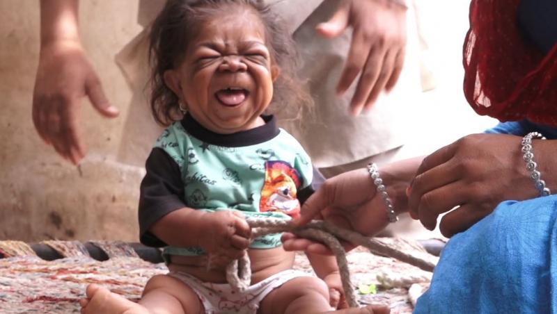 manpreet singh, la 26 de ani, dar arata ca un bebelus, gura deschisă, cu părinții lui