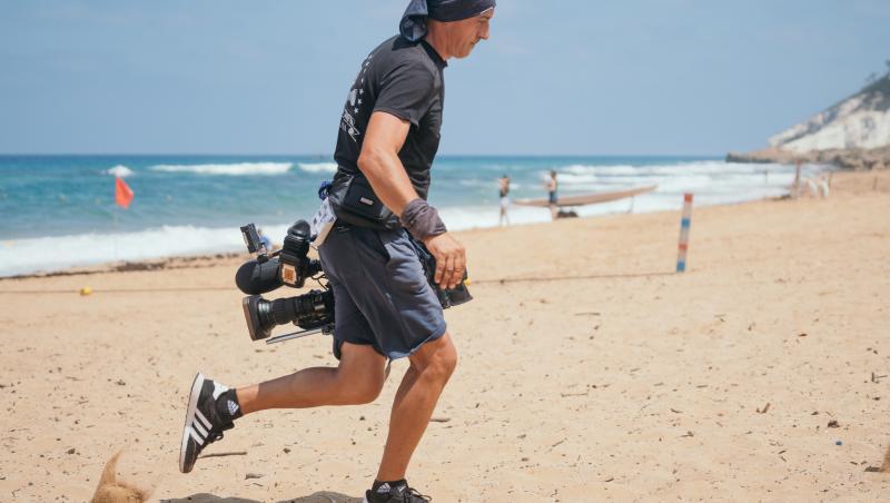 Un cameraman pe plajă