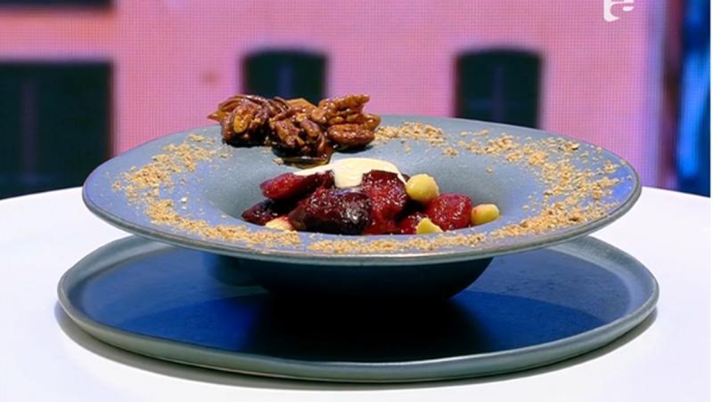 Farfuria cu desert de toamnă se decorează cu nuci caramelizate și măcinate fin
