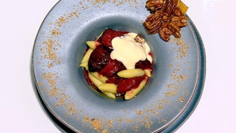 Pentru un plus de gust și cremozitate, pastele se rumenesc în unt topit, înainte de a fi adăugate în sosul de prune cu suc de mere