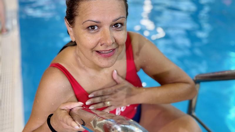 """Concurenta de la """"Splash! Vedete la apă"""" a fost ajutată de antrenori să facă o săritură bună"""