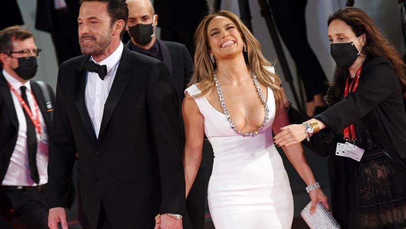 jennifer lopez si ben affleck pe covorul rosu de la festivalul de film de la venetia