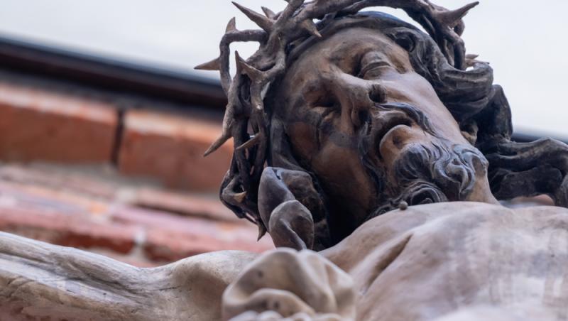 figurina cu iisus hristos rastignit pe sfanta cruce