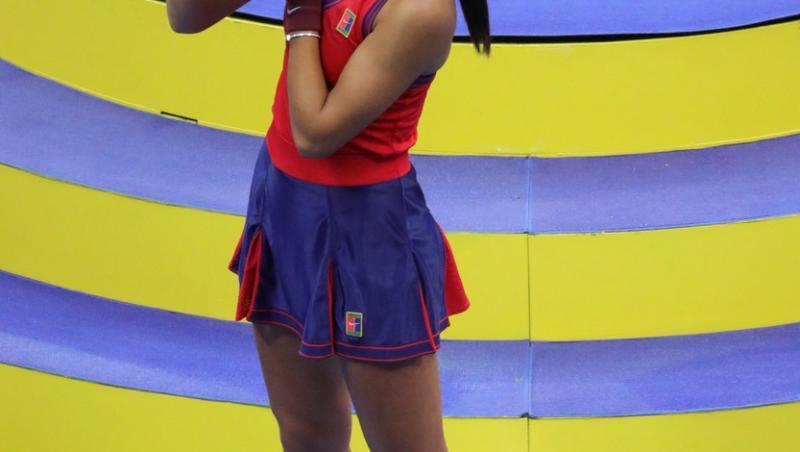 Emma Răducnu sărută trofeul