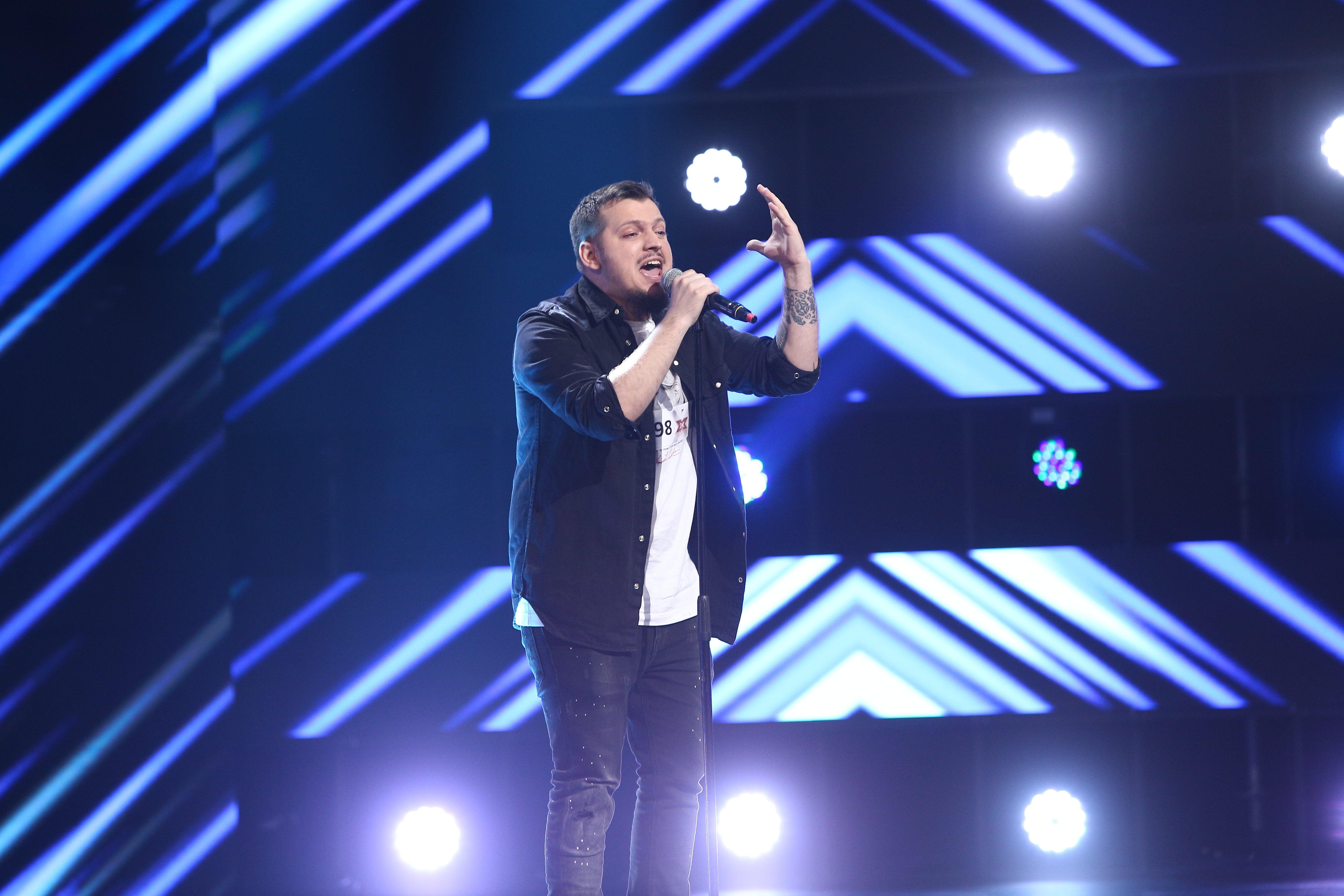 """X Factor 2021, 13 septembrie. Răzvan Sterian a urcat pentru prima dată pe scenă și a cântat """"Moment of Silence"""", de Ovidiu Anton"""