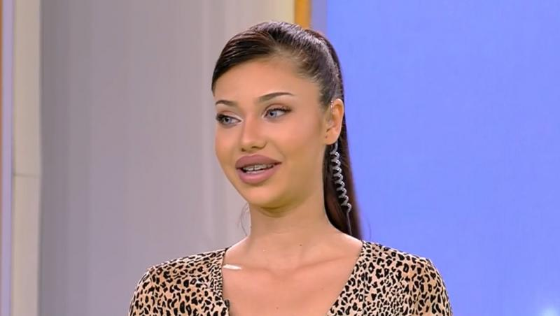 Roxana Ferariu zâmbește