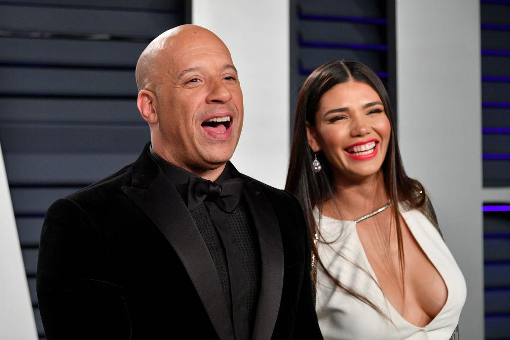 Vin Diesel si iubita lui, Paloma Jimenez. El e imbracat in negru, ea, intr-o rochie alba, cu decolteu
