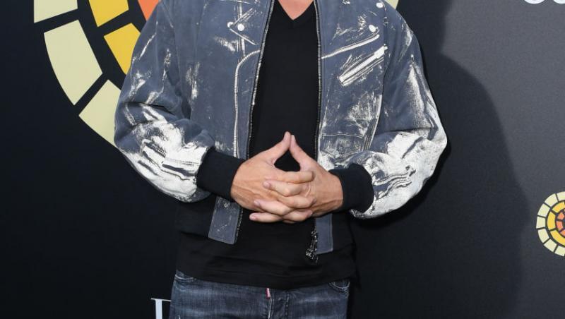 Vin Diesel, imbracat intr-o geaca din blugi si pantalongi din blugi, cu ochelari de soare la ochi