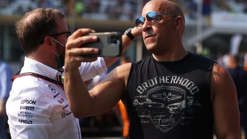 Vin Diesel, fotografiat în Italia, pe 12 septembrie 2021. Imbracat intr-un maiou negru, isi face un selfie