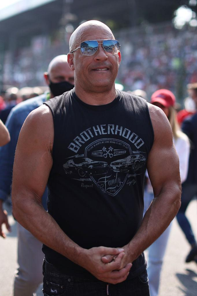 Vin Diesel, imbracat intr-un maiou negru, stramt, cu ochelari la ochi