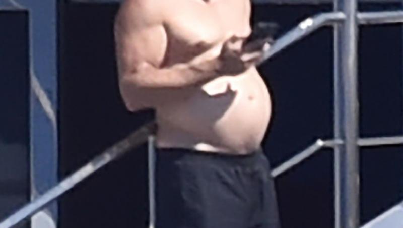 Actorul pare că a acumulat câteva kilograme în plus în aceste fotografii făcute de paparazzii
