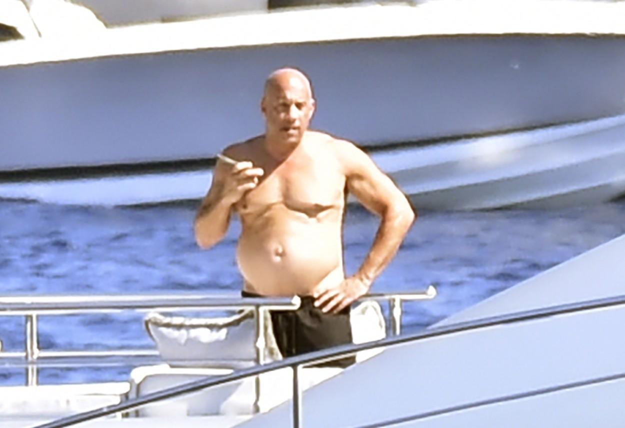 """Vin Diesel, fotografiat pe un iaht, pare că are """"burta si kg in plus"""""""